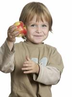 Kind mit Apfel in der Hand